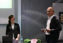 Alfred Schulz, stellvertr. Vorsitzender der SHG begrüßt Frau Prof. Anne Böckler-Raettig